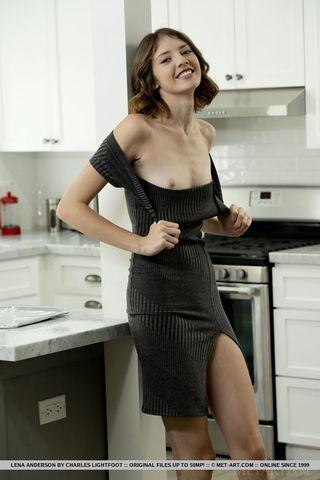 Муж уговорил жену раздеться на кухне и показать для эротических фото пилотку