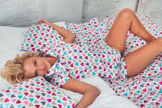 Блонди спустила юбку в сердечки на кровати и поиграла пальцем с клитором