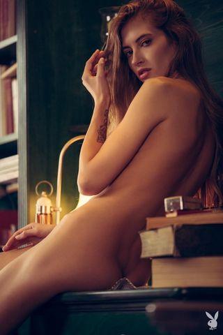 Стройняша делает эротические снимки в библиотеке для сайта для взрослых