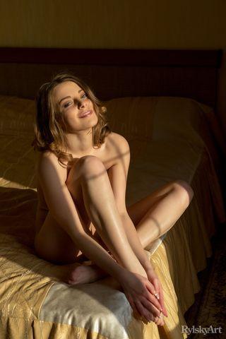 Стройная все утро позирует голышом на краю кровати ради развратного мужа