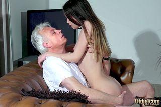 Старик в белой футболке рачком на кожаном диване поимел начинающую модель