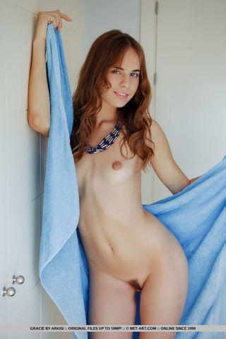 Девица прикрывает на съемке подушкой сиськи, но светит лохматой вагиной