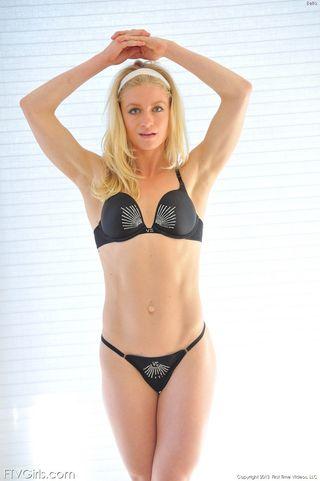 Блондинка в черных туфлях на камеру сует дилдо в глубокую промежность