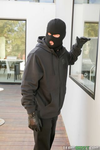 Бандит в черной маске ворвался в дом модели и раком отодрал без презерватива на красном диване