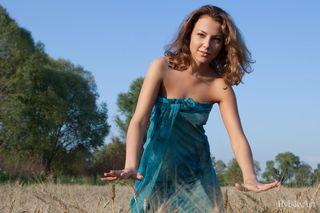 Сельская красотка голышом позирует в поле пшеницы и делает жаркие снимки