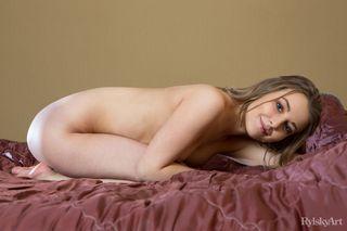 Худая девушка делает эротическое портфолио на мягкой кровати