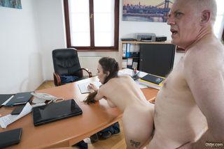 Директор агентства нанимает модель после жесткого секса в рот и писю на столе