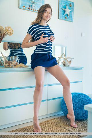 Худышка демонстрирует в камеру стоячие сиськи и пилотку на голубом комоде