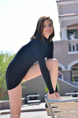 Модель стягивает черное платье и сует на подоконнике самотык в ватрушку