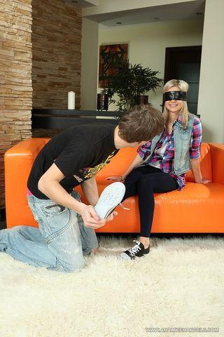 Парень заставляет подругу давать в пердак на оранжевом диване и сливает в ее ротик сперму