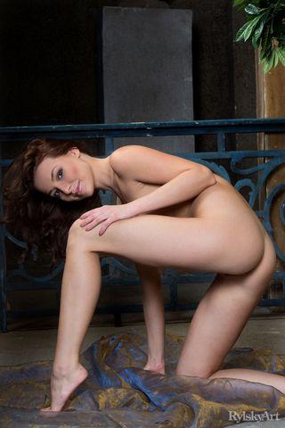 Худышка ласкает пальцами на ковре теплое влагалище, пока сосед снимает все на камеру