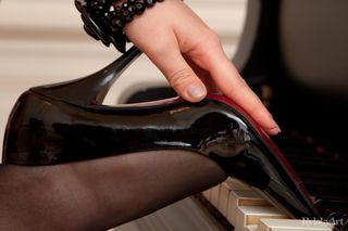 Пианистка за роялем осталась в одних чулках и туфлях и показала на камеру пиздень