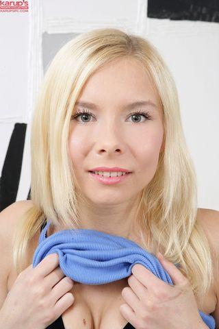 Блонди на белом ковре пихает два самотыка синхронно в задницу и пиздушку