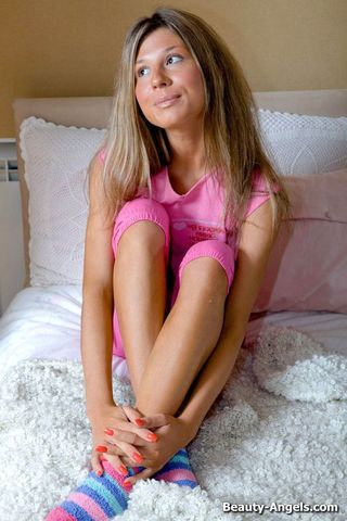 Веселая девушка снимает розовую пижаму и дрочит перед камерой соседа клитор