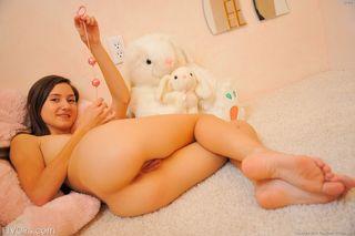 Худышка на ступеньках лестницы сует розовым самотык в чистое влагалище