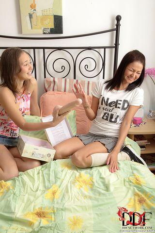 Две подруги анально мастурбируют друг дружке розовым пластиковым самотыком