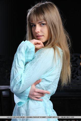 Худышка с голубыми бусами раздевается на камеру около рояля и страстно делает фото
