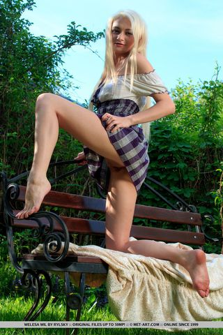 Девка на скамейке в парке сняла клетчатую юбку и светанула на камеру пилоткой