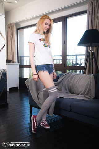 Блонди на черном диване сует розовый вибратор в мягкую пиздушку