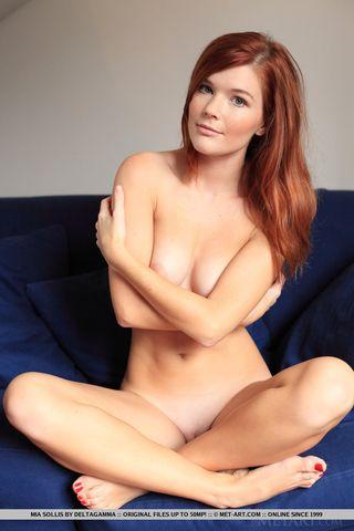 Рыжуля на синем диване делает пикантные фотографии сисек и половой щелки